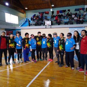 foto grupal de equipo chileno y argentino al centro de la cancha