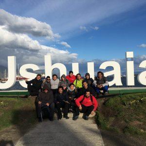 foto grupal en letras gigantes Ushuaia