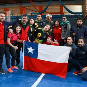 foto grupal del equipo con bandera chilena